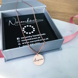 Ružový náhrdelník s platničkou