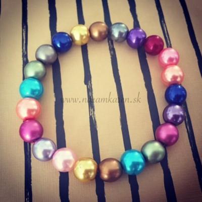 Farebný perlový náramok