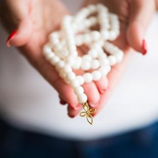 Biely náhrdelník s pozláteným krížikom